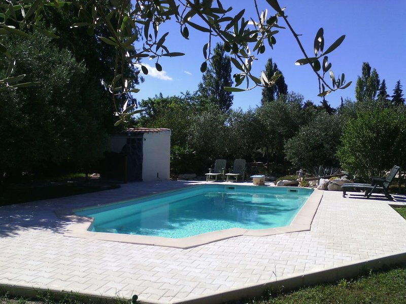 GITE avec terrasse privative, parking, piscine – semesterbostad i Domazan