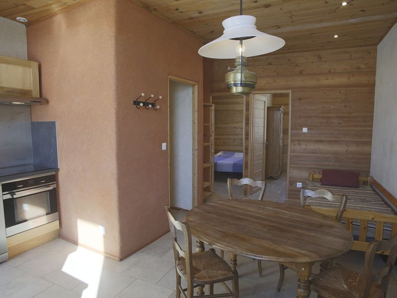 Appartement calme, proche EMBRUN, dans maison individuelle, holiday rental in Chateauroux-les-Alpes