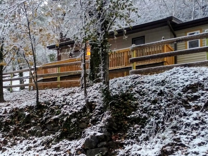 Cozy Remodeled House in the Mountains w/ Hot Tub, Fireplace, Wood Patio Deck &.., holiday rental in Mascot