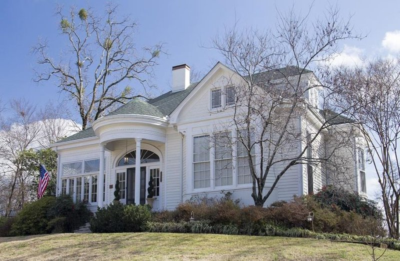 Cozy Up In This Historic Treasure, holiday rental in Hot Springs
