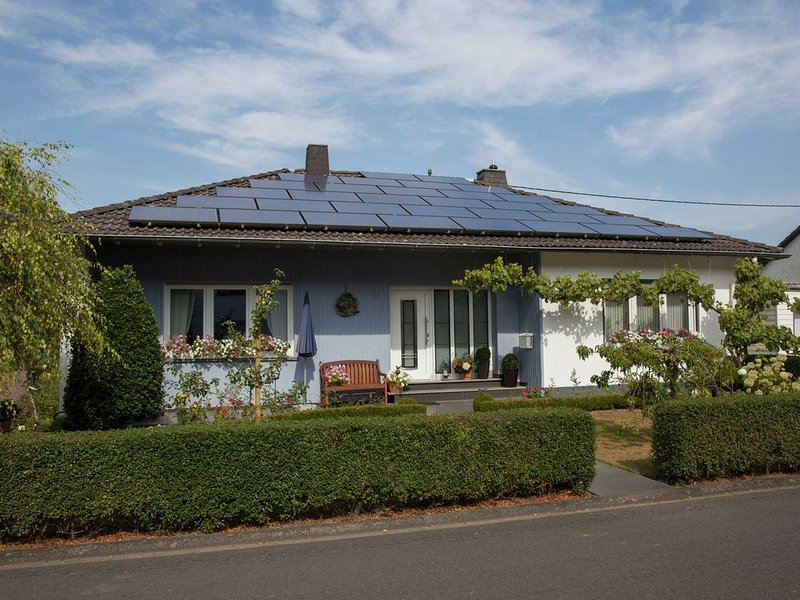 Cozy Apartment in Niederehe Eifel near Forest, holiday rental in Kottenborn