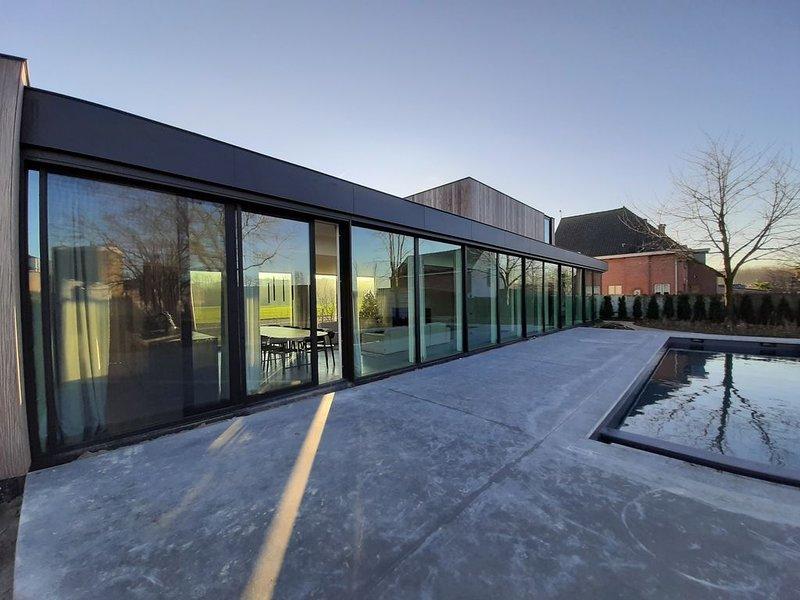 Luxe, design en rust in dit authentiek plattelandshuis met zwembad & sauna., alquiler de vacaciones en Roeselare