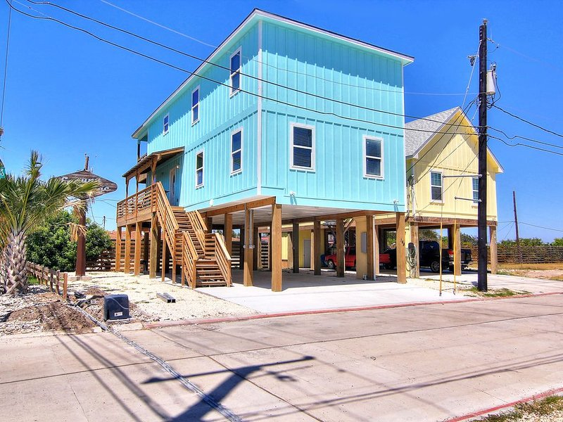 Spacious 6/4! Private fishing pier! Community pool!, vacation rental in Corpus Christi