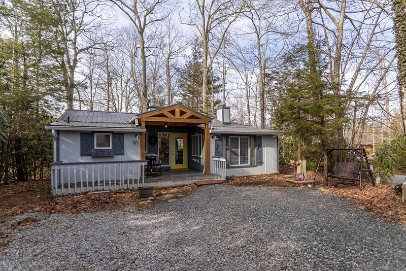 Carefree Cottage - Linville Land Harbor, fenced in yard, pet friendly, alquiler vacacional en Newland