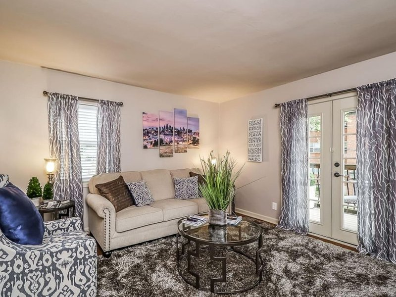 M-2W Beautifully Updated-Plaza Condo. King Bed! Private balcony and off street p, alquiler vacacional en Kansas