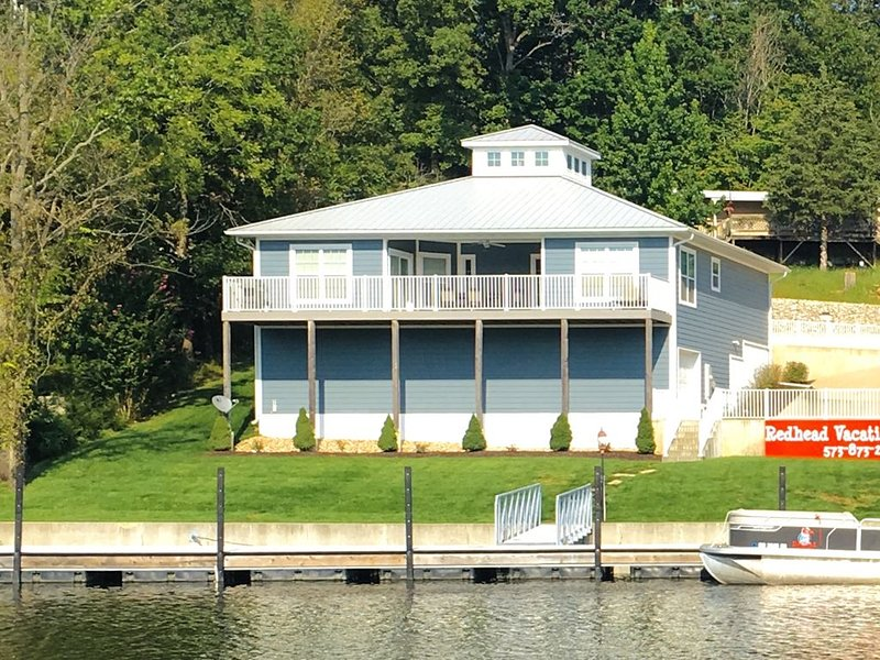 REDHEAD COVE! Lake Front Home with Dock on 21mm. Prime location on the lake!, vacation rental in Osage Beach
