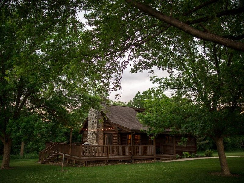 Cozy log cabin located outside of Fort Atkinson, Iowa, vacation rental in Iowa