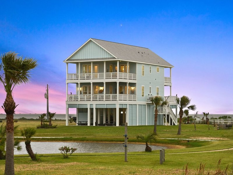 Luxury Water Front, Family Beach House, Four Balconies w/spectacular views., alquiler vacacional en Jamaica Beach