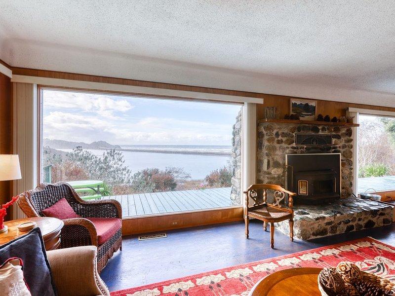 Dog-Friendly, Waterfront Home w/ Private Deck, Ocean Views & Ping-Pong Table, location de vacances à Klamath