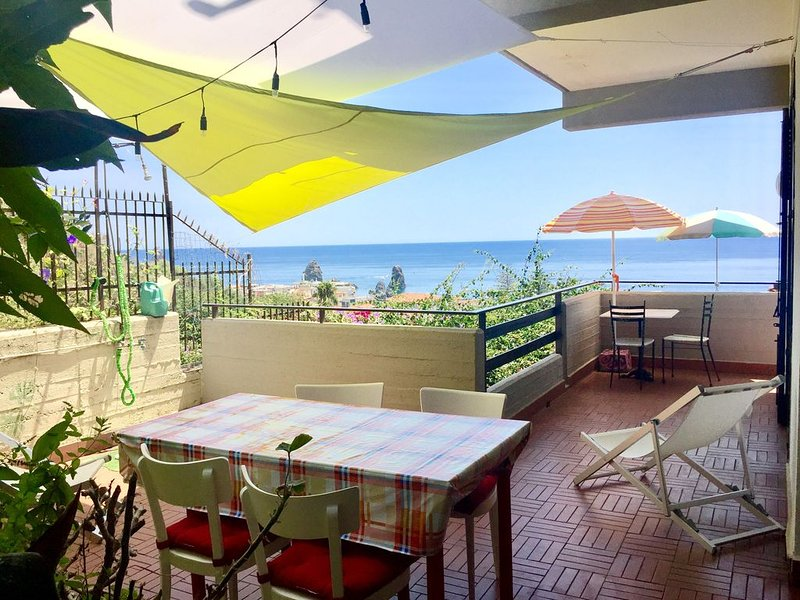 Spazioso e luminoso appartamento con grande terrazzo e vista sul mare, location de vacances à Acitrezza