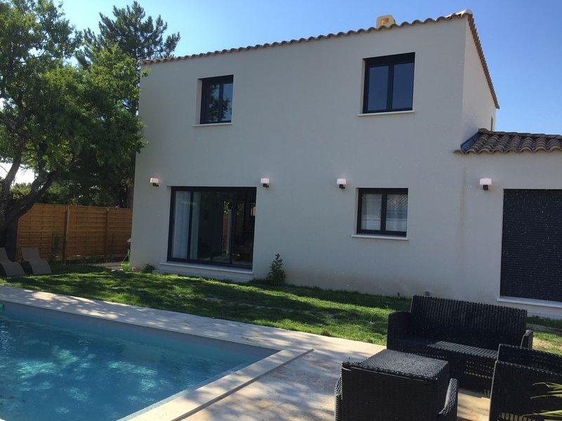 Villa de standing avec piscine proche Avignon – semesterbostad i Domazan