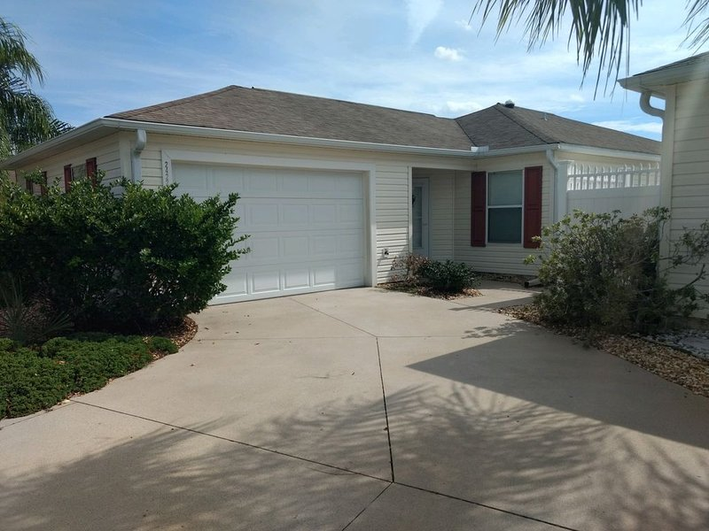 Beautiful Villa in the Heart of Florida's Friendliest Active Adult Community, holiday rental in The Villages
