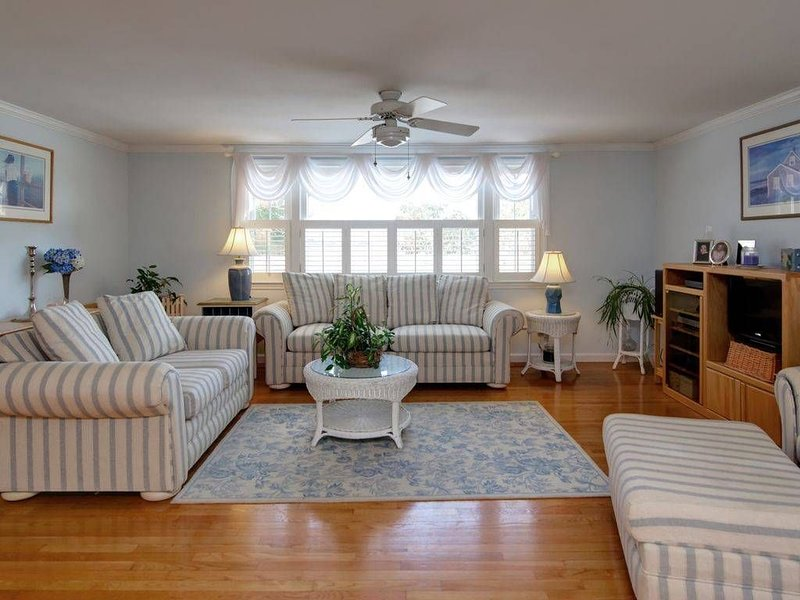 Close to beaches, Spacious, Large private yard, Family-Friendly Neighborhood, holiday rental in Teaticket
