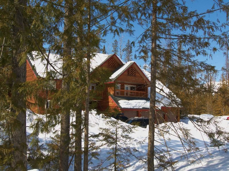 Ski-in 3 level townhouse with BBQ, kitchen, free wifi and mountain views - 5 min, holiday rental in Fernie
