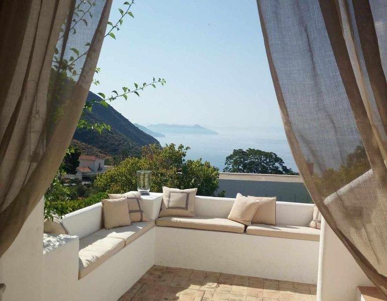 Villa Il Melograno - villa di charme con vista mare e giardino mediterraneo, casa vacanza a Filicudi