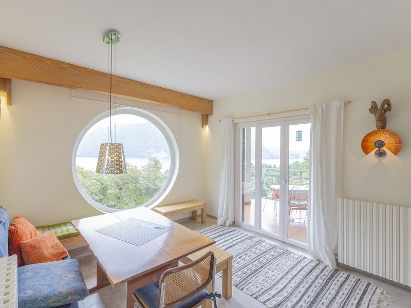 Villetta Pineta , appartamento vista lago in villa indipendente, vacation rental in Bee