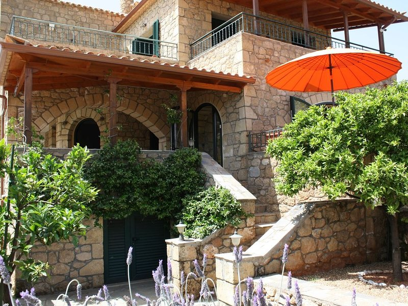 Villa Kamares-a luxury family-friendly home with pool, and lots of outdoor space, aluguéis de temporada em Lefktro