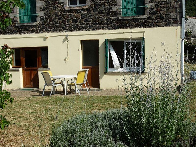 la villa Marie Louise côté jardin, aluguéis de temporada em Champeix