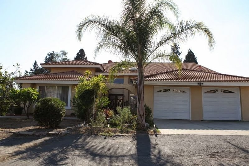 Large Estate Home with lap pool (5 bed, 3 bathroom, 2 living rooms, backyard), vacation rental in La Verne