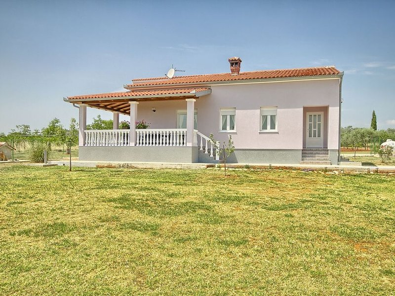 Freistehende Casa mit Waschmaschine, Klima, WLAN, Terrasse und Grill, vacation rental in Valtura