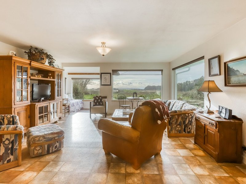 Beautiful home with ocean and beach views, wood-burning stove & firepit!, alquiler de vacaciones en Orick