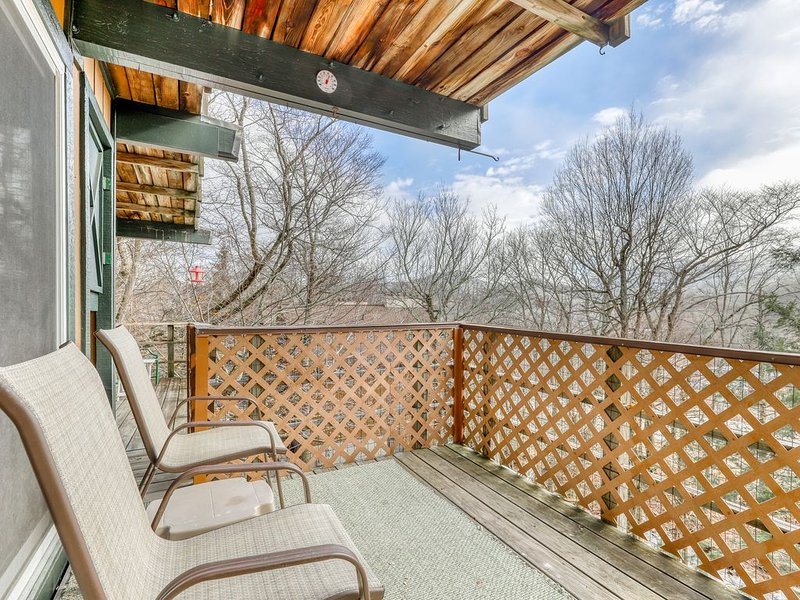Ski-in/ski-out condo with shared tennis courts and views of the slopes!, alquiler de vacaciones en Sugar Mountain