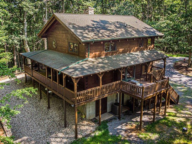Luxury cabin in the woods, 2 bedrooms plus loft, location de vacances à Middlebrook
