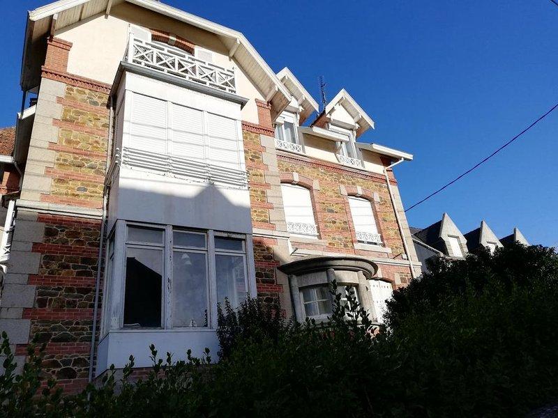 Appartement tout confort à 50 m de la plage, holiday rental in Cotes-d'Armor