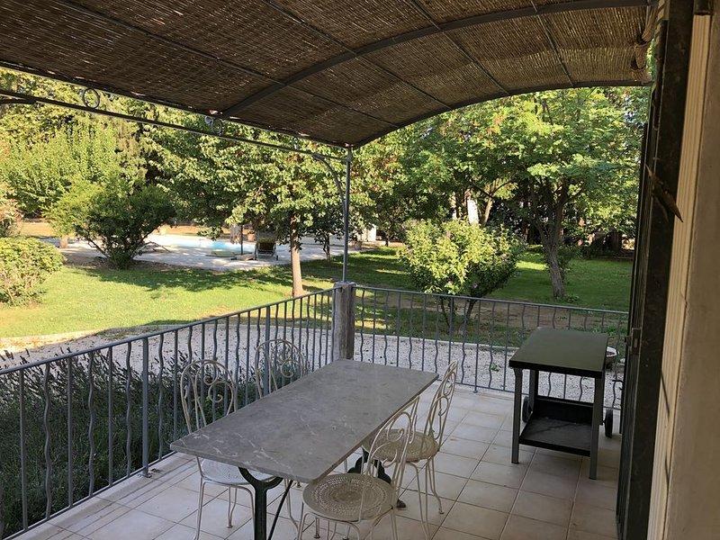 Entre AVIGNON et ST REMY DE PROVENCE ancien mas au calme et dans la verdure, vacation rental in Chateaurenard