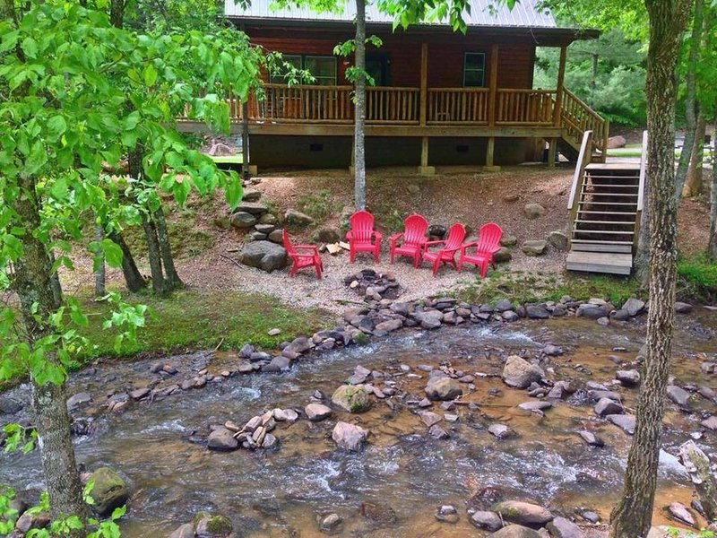Creekside Family Getaway! Can't get any closer to the water than this!, location de vacances à Parc national des Great Smoky Mountains