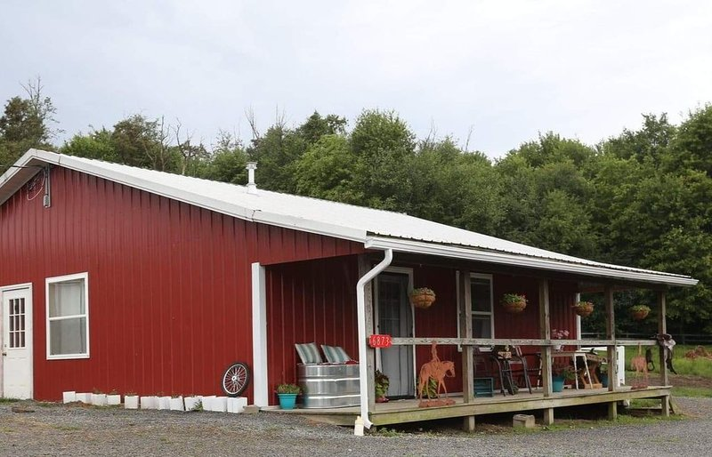 The Cozy Little Red Cottage Near Amish Country, casa vacanza a Dundee