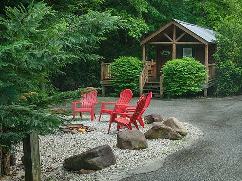 Cozy cabin with a creekside deck and hot tub! Only 3 miles from Downtown!, location de vacances à Parc national des Great Smoky Mountains