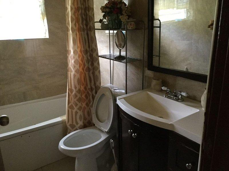 Beautiful 2 bed, 2 full bath apartment on island, location de vacances à Kingshill