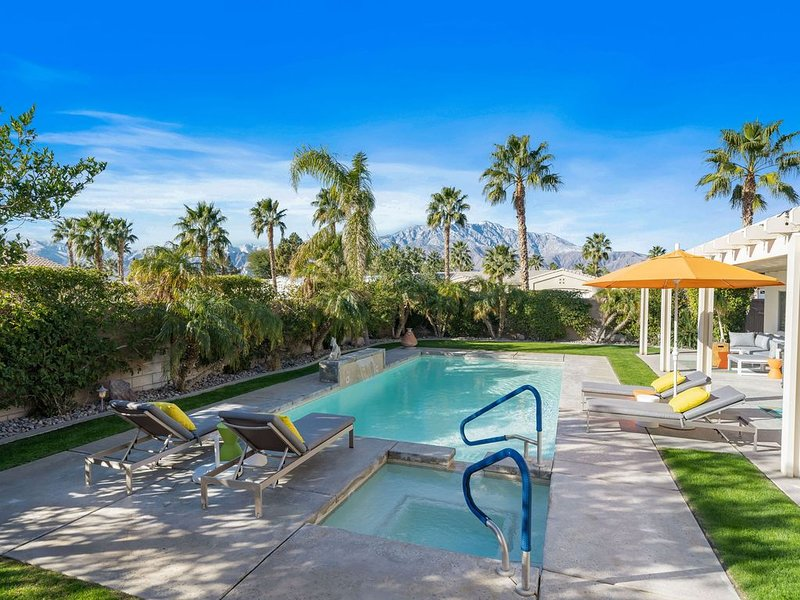 3 Bed 2 Bath Pool Home with Mid Mod Vibes, holiday rental in Sky Valley