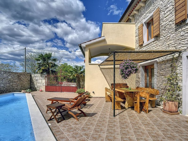 Steinvilla mit privatem beheiztem Pool, Klimaanlage, WLAN, BBQ und das inmitten, holiday rental in Jursici