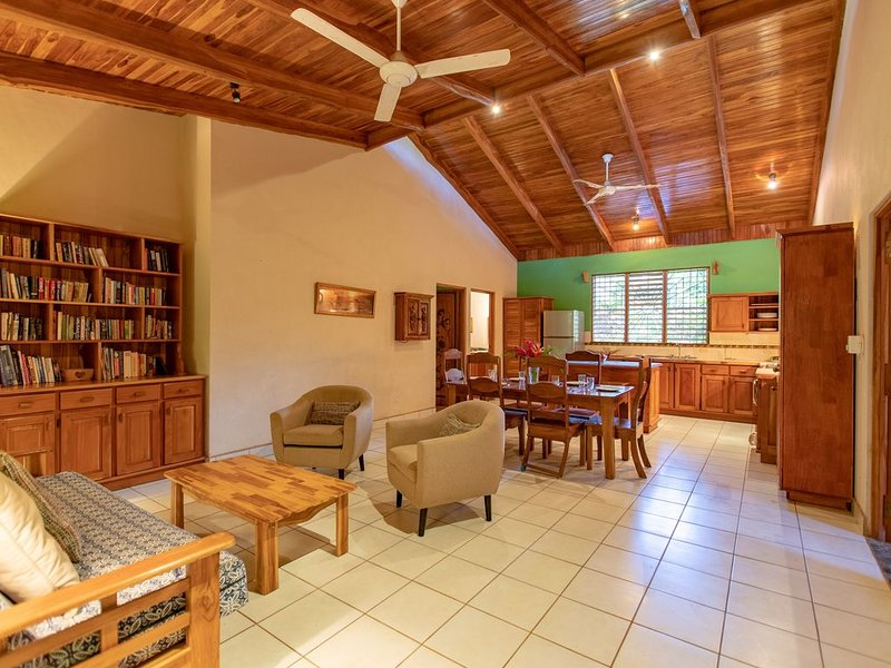 Casa Roth / Nosara Accommodations - Easy Beach Access, Walking Distance to Resta, alquiler de vacaciones en Ostional