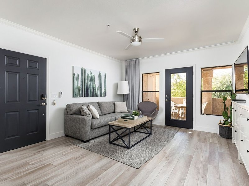GORGEOUS - JUST REMODELED - Walk to grocery, restaurants, coffee, and shopping!, alquiler de vacaciones en Scottsdale