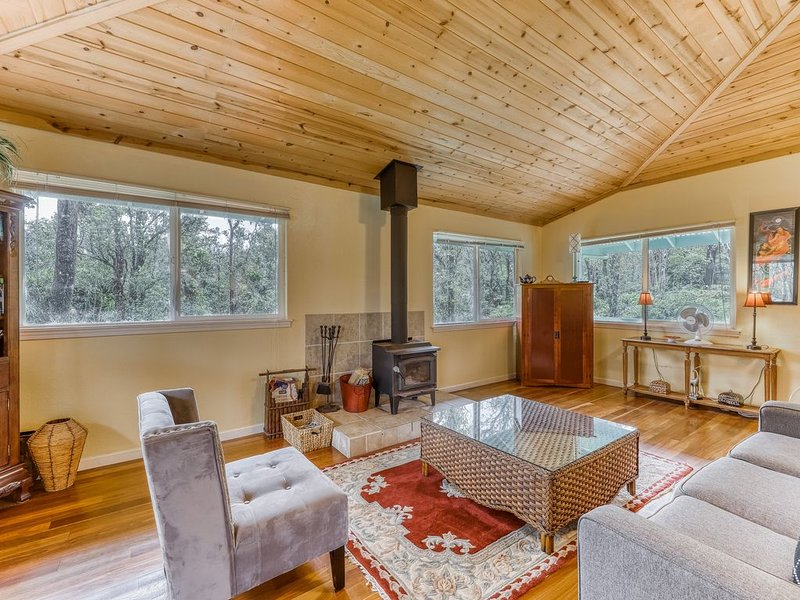 Charming home w/ wood stove - 10 minutes to Hawaii Volcanoes Nat'l Park!, location de vacances à Mountain View