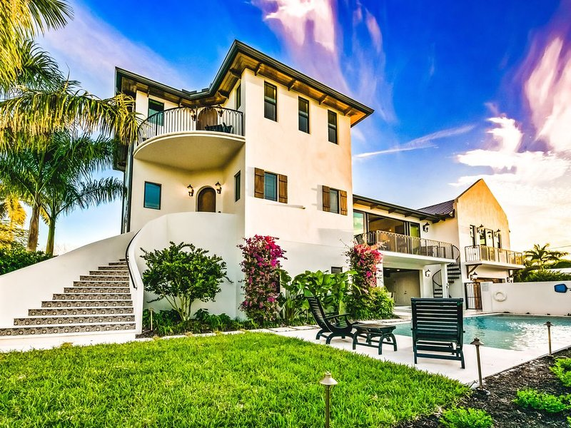 Walk to St. Armand's Circle & the Beach! Sleeps 16 - Private Pool & Game Area!, holiday rental in Lido Key
