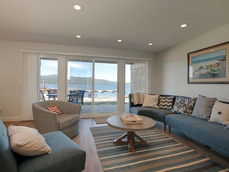 LAKEFRONT 2 BEDROOM CONDO WITH SEASONAL POOL, BEACH & DOCK SLIP, location de vacances à McCall