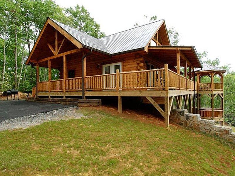 Mountaintop Getaway with Gazeebo Deck Hot Tub & Fireplace! Long range views!, location de vacances à Parc national des Great Smoky Mountains