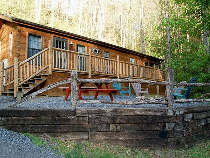 A Cozy Cabin In The Woods! Only 3 miles from downtown Bryson City!, holiday rental in Great Smoky Mountains National Park