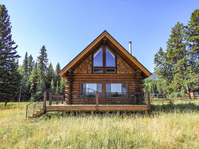 Beautiful Log Cabin, Stunning Views of Glacier National Park, Near Polebridge, alquiler de vacaciones en Polebridge