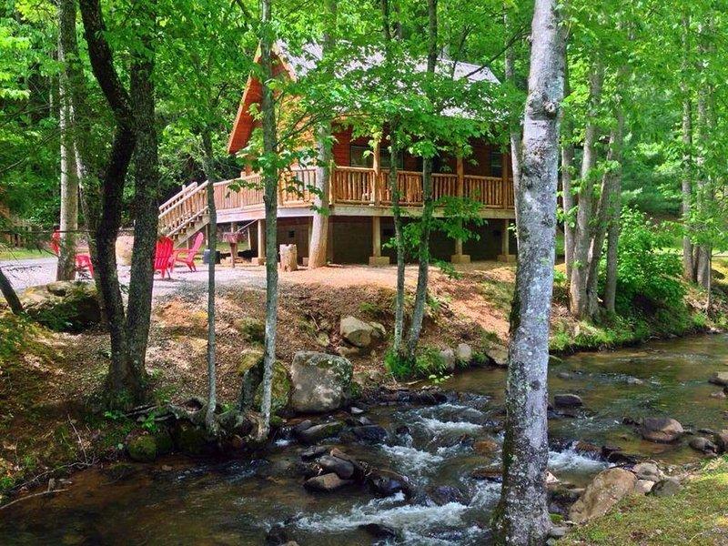 Cozy Creekside Cabin just a few steps from Lands Creek!, location de vacances à Parc national des Great Smoky Mountains