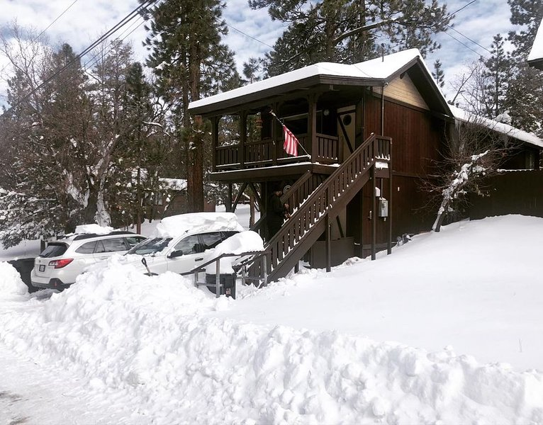 Cozy Cabin Vibes with Fireplace & Hot Tub, holiday rental in Sugarloaf