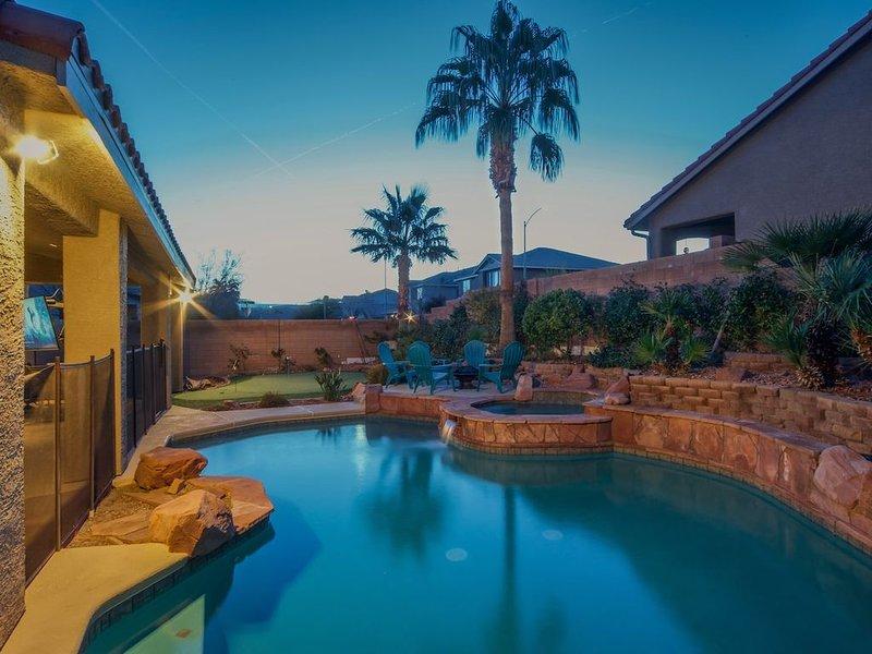 Paradise off the strip, 4BR+Big Loft+Fun Backyard, aluguéis de temporada em Henderson