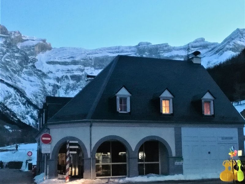 Appartement 6 personnes dans le village de Gavarnie avec vue sur le Cirque, holiday rental in Gavarnie