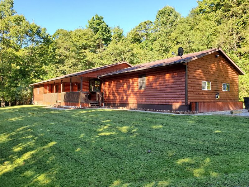 The Hillside Lodge is located in the beautiful Hocking Hills region of Ohio!, casa vacanza a Sugar Grove