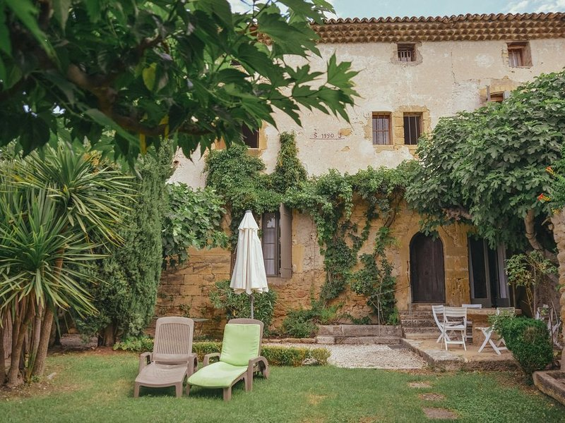 Belle demeure du 17e siècle, rénovée, 6 chambres, 5 sdb, 6 WC ,piscine, jardins, holiday rental in Puget