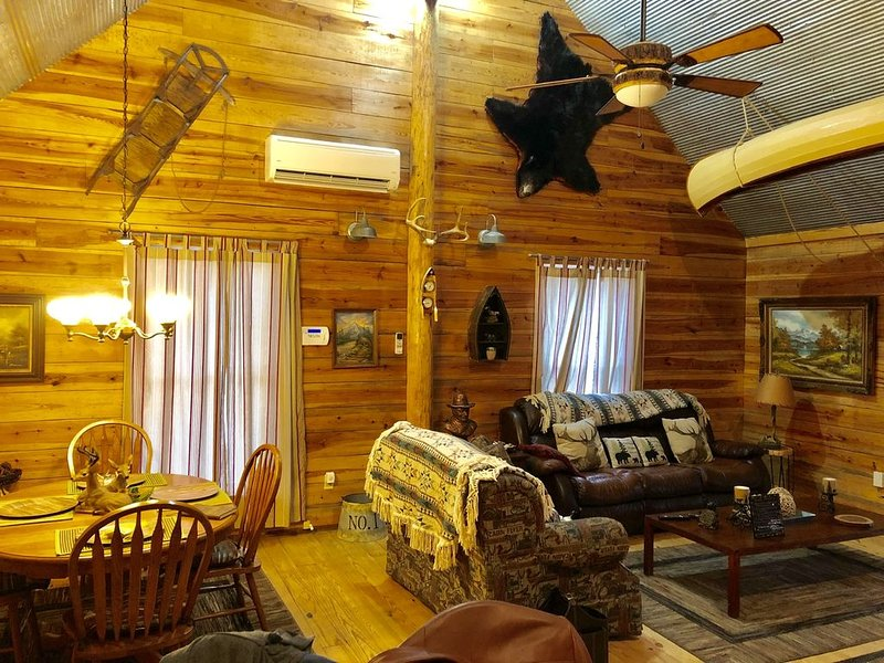 """Beautiful """"Collier"""" cabin on Collier creek. Go swimming or soaking. Caddo Gap, holiday rental in Pencil Bluff"""